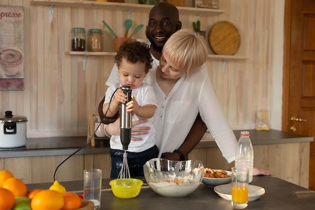 Счастливая семья за ужином, разных национальностей
