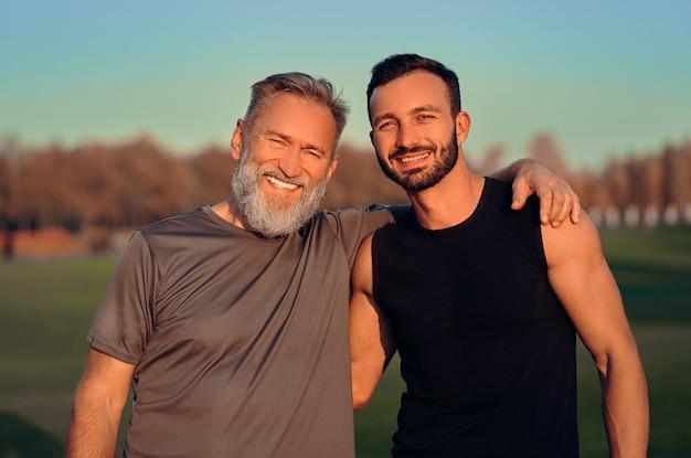 행복한 아버지와 아들이 야외에서 포옹