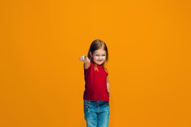 あなたを指している幸せな女の子