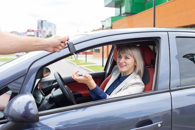 幸せな女の子は車を借りた