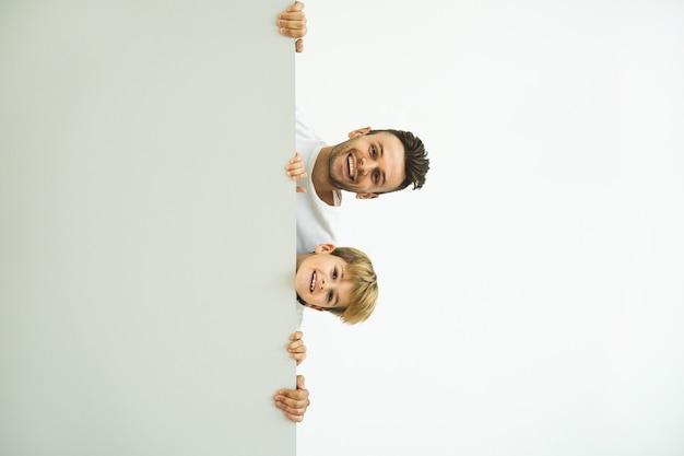 행복한 남자와 벽 뒤에 서 있는 소년