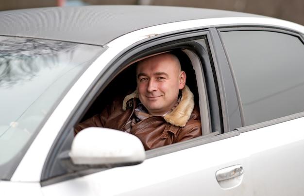 행복한 사람이 차에 앉아