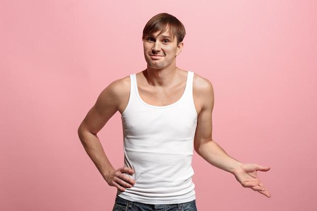 Счастливый человек стоял и улыбался на розовом фоне.