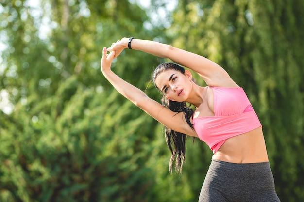 야외에서 스트레칭 하는 행복 한 운동가