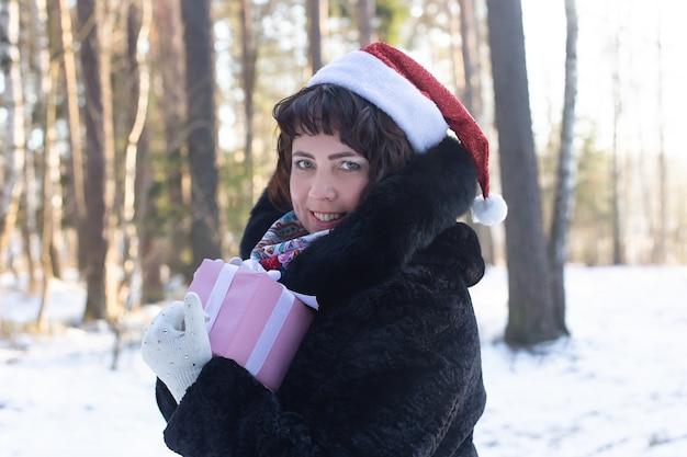 겨울철 자연 속의 행복한 여자, 선물, christma