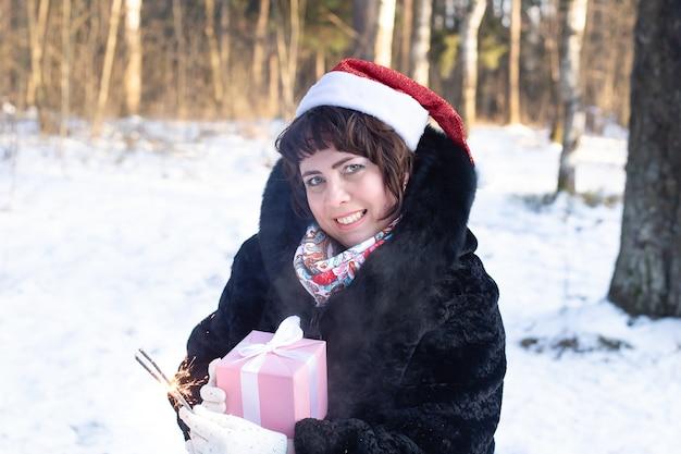 線香花火と冬の自然の中で幸せな女性