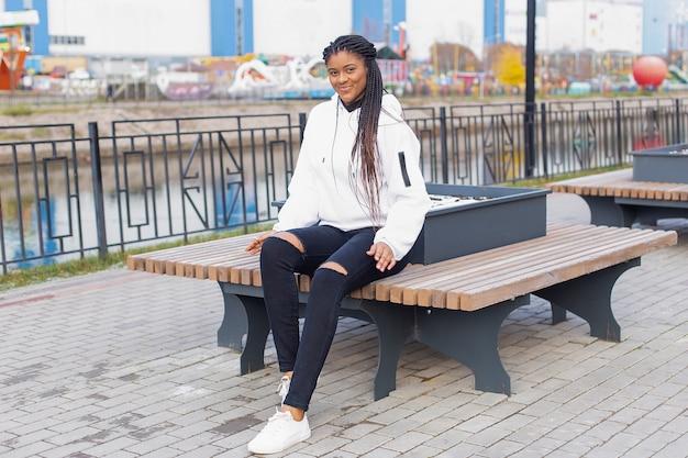 Счастливая женщина в парке на скамейке
