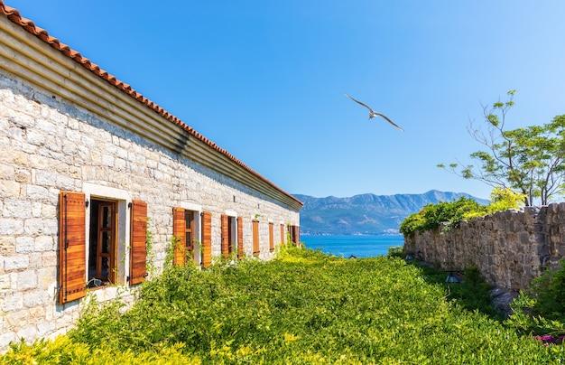 Гавань будвы, вид с крепости цитадель, черногория.