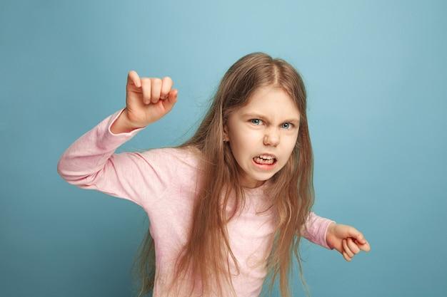 Ненависть. девушка на синем. выражения лица и концепция эмоций людей