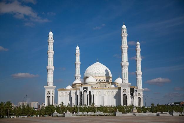 Мечеть хазрат султан - мечеть в нурсултане, казахстан. это самая большая мечеть в средней азии.