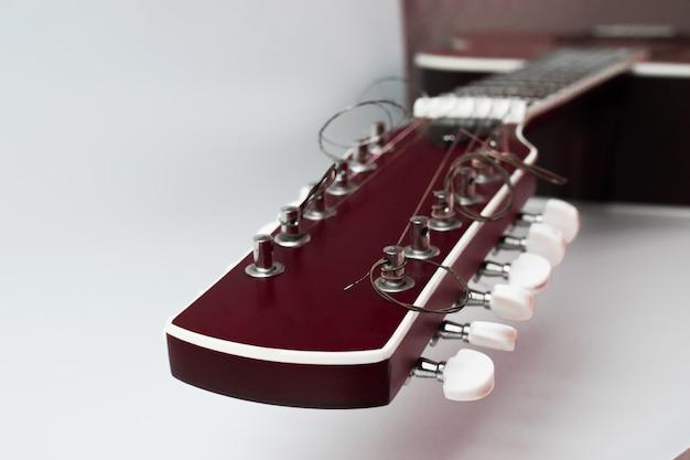 Голова акустической гитары изолирована