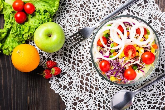 Здоровый красочный свежий салат с киноа, помидорами и овощной смесью в блюде