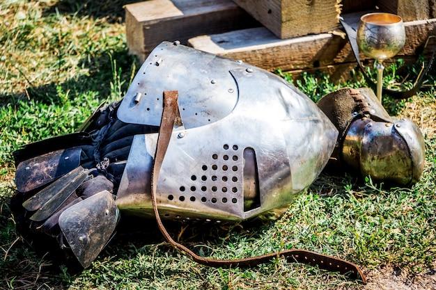 騎士の戦いの後の地球上の中世の戦士のヘルメット