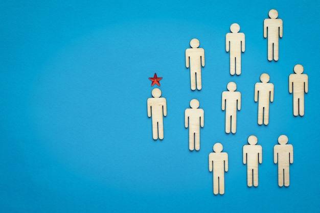 Выделенный лидер среди группы человечков на синем фоне. понятие о голове. бизнес-идея.