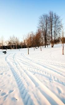 겨울철 고속도로. 길은 눈으로 덮여있다