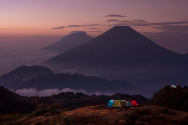 Палатка туристов разбила лагерь на вершине горы.