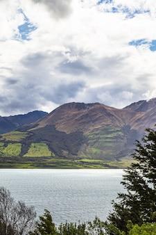 Холмы и горы южного острова озеро вакатипу квинстаун окрестности новой зеландии