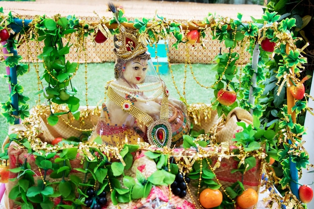 버터를 먹고 있는 어린 시절 모습의 힌두교 신 크리슈나 경