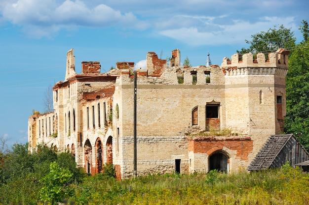 하늘에서 여름날의 역사적인 건축물. manor khrapovitsky, 마구간, 1884 년에 지어진 러시아, muromtsev.