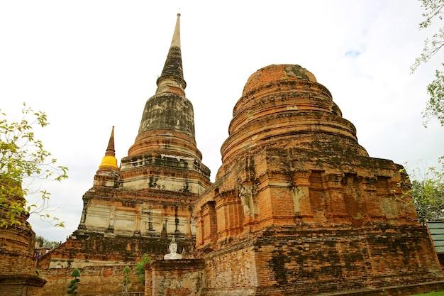 タイ、アユタヤのワットヤイチャイモンコン寺院の歴史的遺跡と主要な仏舎利塔(チェディ)