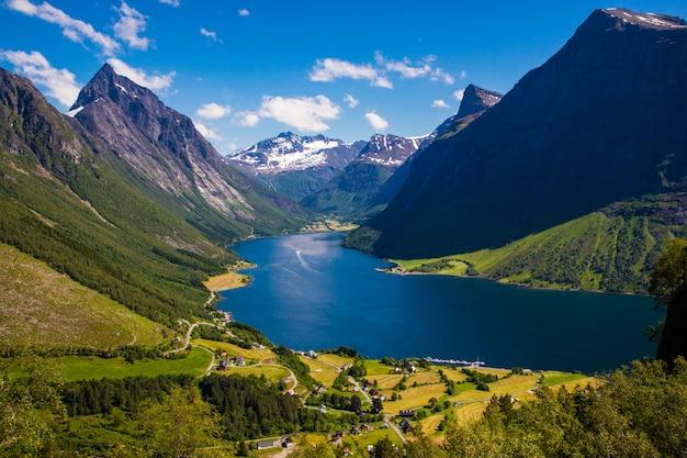 ノルウェー、モレオグロムスダール、トランダル近くのヒョルンドフィヨルドとサンモアアルプス。