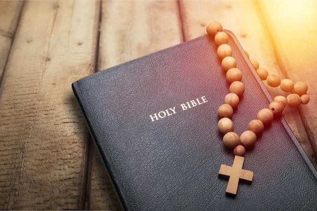 나무 테이블에 성경입니다. 기독교 개념입니다. 성경 배경입니다. 기독교 배경입니다.
