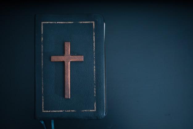 黒いテーブルの上の聖書。