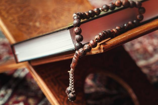 Священная книга корана на стенде