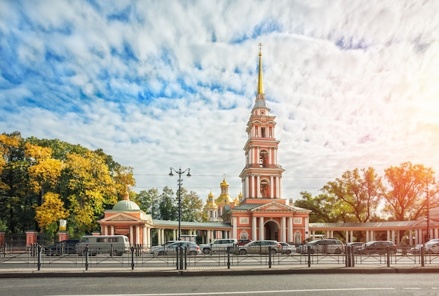 Крестовоздвиженский казачий собор на лиговском проспекте в санкт-петербурге в осенний солнечный день