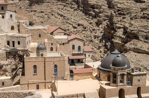 성화 한 성 안식일의 성 라 브라, 이스라엘 유대 사막의 마르 사바로 아랍어로 알려져 있습니다. 키드 론 계곡이 내려다 보이는 그리스 정교회 수도원