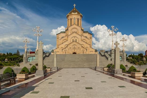 一般にサメバとして知られているトビリシの至聖三者大聖堂は、グルジア人の主要な大聖堂です。 Premium写真