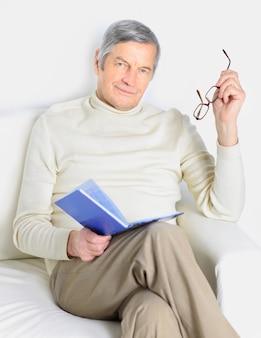 Домашняя жизнь пожилого человека.