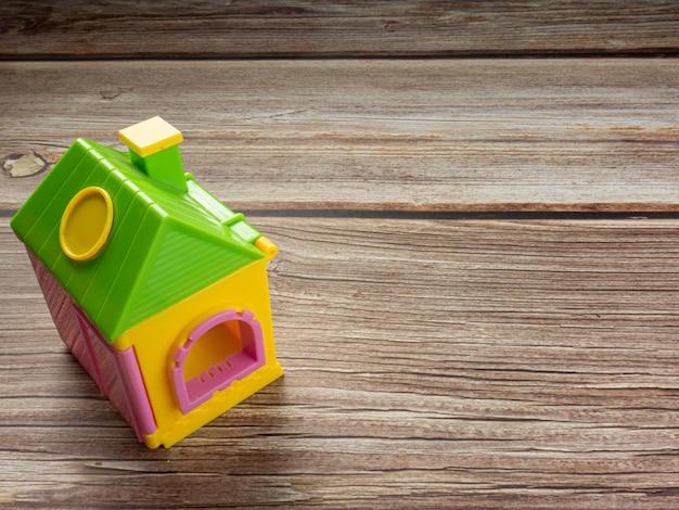 부동산 또는 부동산 비즈니스 개념을 위한 나무 탁자에 있는 집 장난감