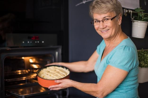 Домашний яблочный пирог почти готов