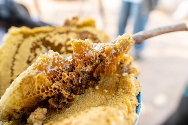 村人の蜂の巣自然な甘い食べ物。