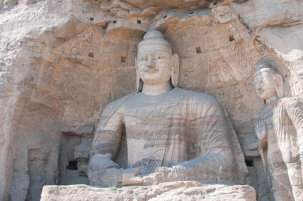 Горизонтальный вид будды в пещере
