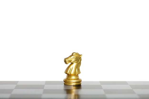 馬のチェスの駒の戦い、白い背景で隔離のチェス盤の黄金の馬のチェス。ビジネスリーダーの概念。クリッピングパス。