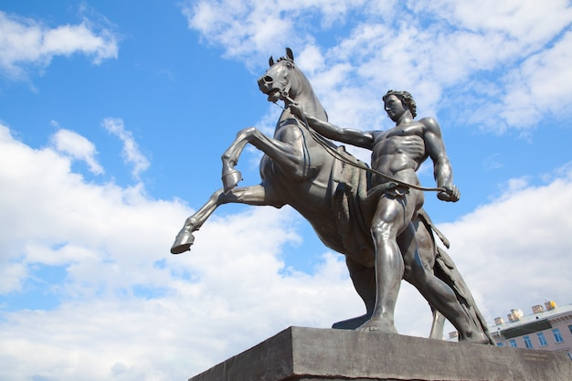 Памятник укротителям лошадей петра клодта (1851 г.) на аничковом мосту в санкт-петербурге, россия. ориентир