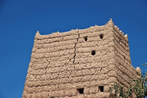 아랍 마을의 집은 사우디 아라비아의 asir 지역의 najran을 닫습니다.