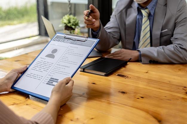 Hr 부서는 입사 지원자의 이력서를 검토하고 있으며 이력서는 입사 지원에 중요한 서류입니다. 이력서, 교육 이력, 학력, 재능, 업무 기술 등을 포함해야 합니다.
