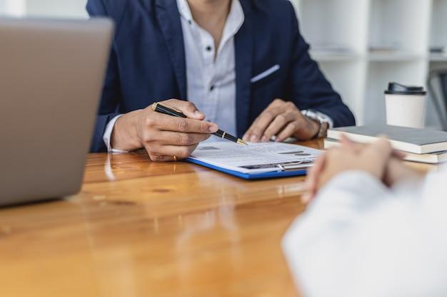 Hr 관리자가 구직자를 인터뷰하고 있습니다. 그는 그녀의 이력서에서 지원자의 적격성을 검토하고 있습니다. 취업 면접 아이디어. 회사는 직원의 업무 및 면접을 받고 있습니다.