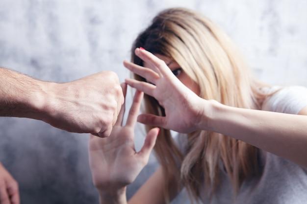 남편은 아내를 때리고 싶어합니다. 가정 폭력