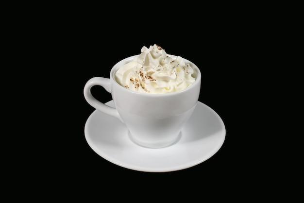 黒いテーブルの上の白いカップのアイスクリーム