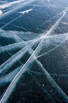 Лед байкала с длинными красивыми трещинами