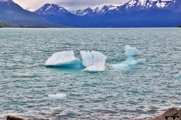 Айсберг на леднике перито морено рядом с эль калафате в патагонии, аргентина