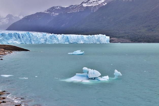 ペリトモレノ氷河の氷山は、アルゼンチン、パタゴニアのエルカラファテを閉じる