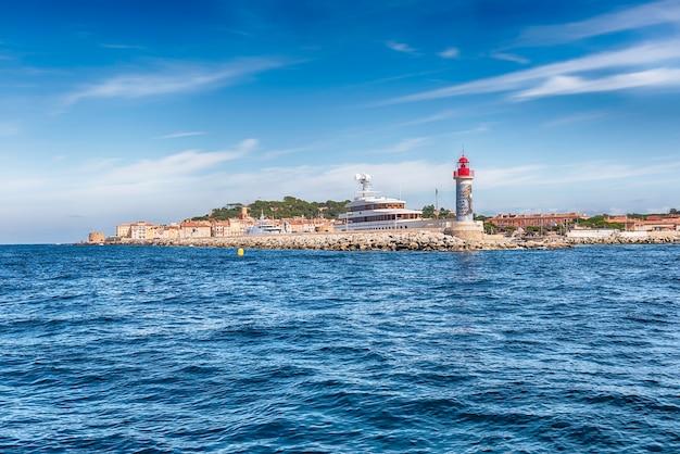 フランス、コートダジュールのサントロペ港にある象徴的な灯台。