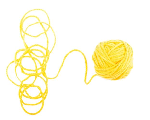 アイデアは絡み合った糸です。白い背景の上の糸の黄色いボール