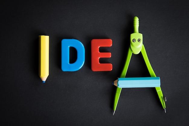 Идея написана на столе со школьными принадлежностями