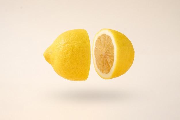 둘로 쪼개져 공중에 떠 있다는 아이디어는 공중에 떠 있는 레몬 조각이 자유롭게 날아다닌다.